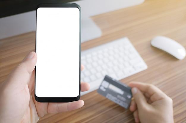 Concetto mobile finanziario del trasferimento di denaro di transazione spaziale vuota della copia del telefono.