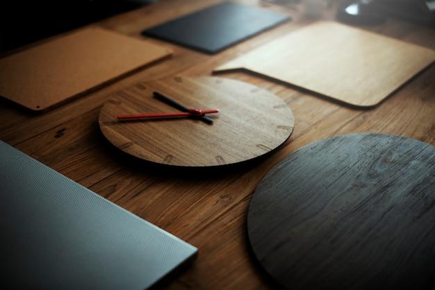 Concetto moderno di modo di vecchio orologio di legno di modo