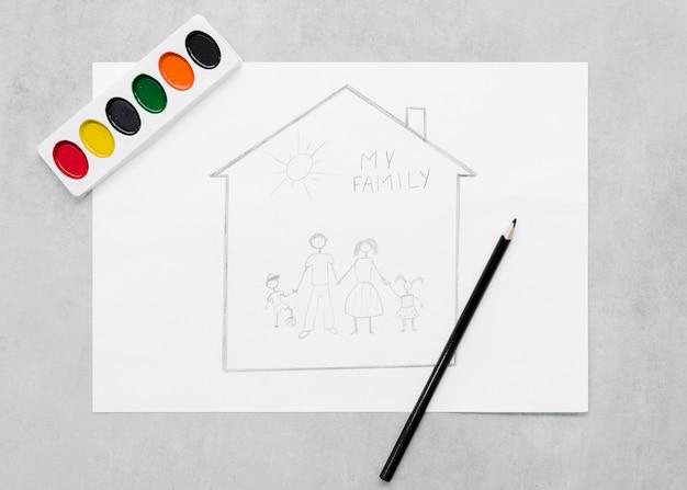 Concetto nucleo familiare sveglio che attinge fondo grigio