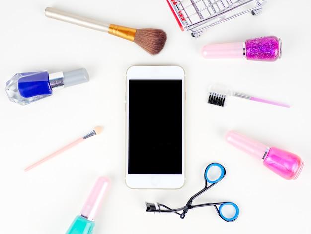 Concetto online di acquisto cosmetico sui precedenti bianchi