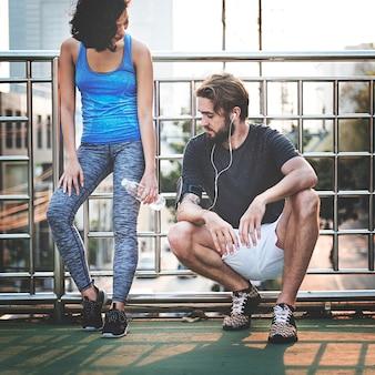 Concetto pareggiante di estate di sport delle coppie di pareggiare di esercizio