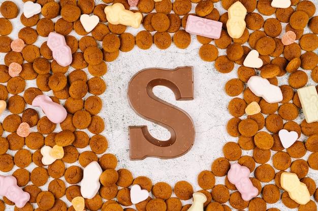 Concetto per la festa dei bambini a saint nicolas il 5 dicembre. pepernoten, lettera di cioccolato, caramelle a striscioline e carote per cavallo. vacanza olandese sinterklaas.