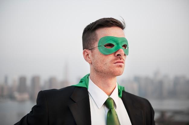 Concetto professionale di direzione del costume del supereroe dell'uomo d'affari