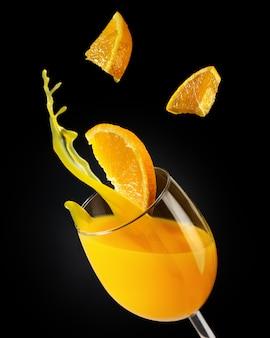 Concetto promozionale di succo d'arancia per ristoranti e caffè