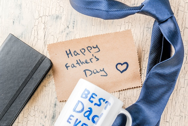 Concetto regalo per la festa del papà, superficie per biglietti di auguri, confezione regalo, decorazione cravatta, tazza con scritta best dad ever