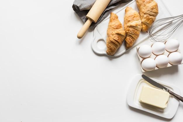 Concetto ricetta croissant classico con ingredienti per cucinare la pasta. accessori da forno e alimentari.