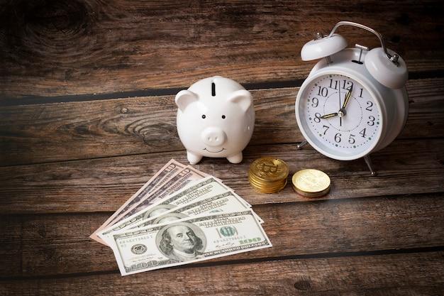 Concetto risparmiare denaro dollari, deposito piggy bank, finanza aziendale, soldi di shopping, crescente concetto di denaro