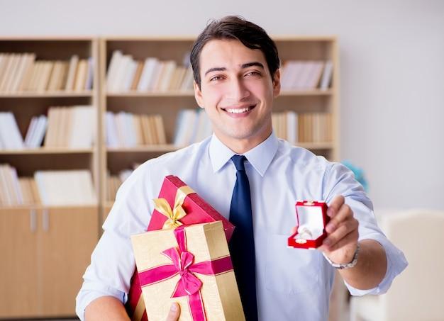 Concetto romantico con l'uomo che presenta proposta di matrimonio