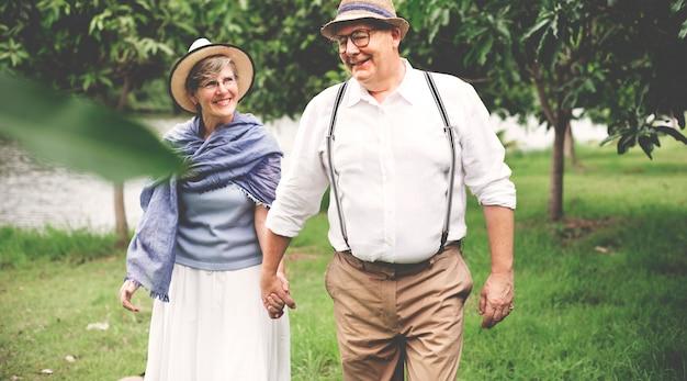 Concetto romantico del parco di felicità anziana delle coppie