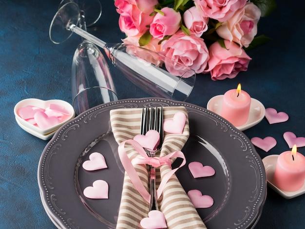 Concetto romantico della data di san valentino con le candele