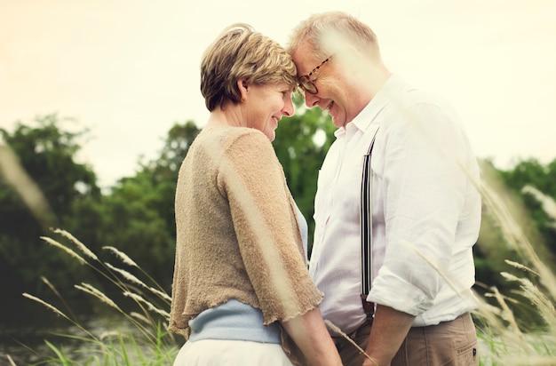 Concetto romanzesco di amore della coppia senior anziana