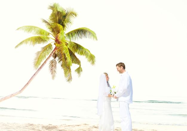 Concetto romanzesco di matrimonio di amore della spiaggia delle coppie