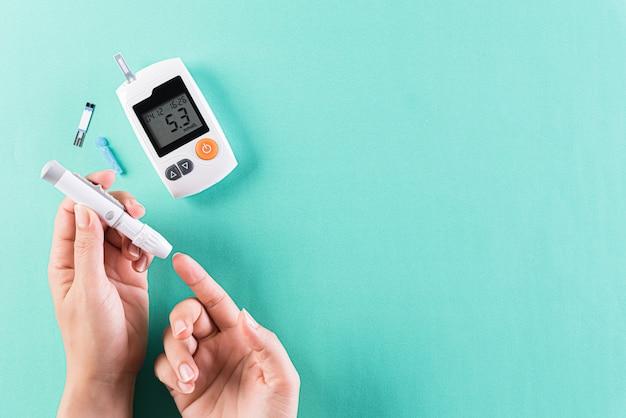Concetto sanitario e medico, il diabetico misura il livello di glucosio nel sangue