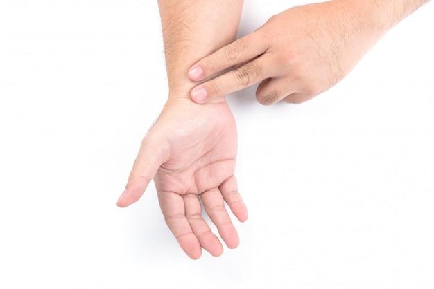 Concetto sanitario o medico: le mani degli uomini stanno controllando il polso al polso isolato