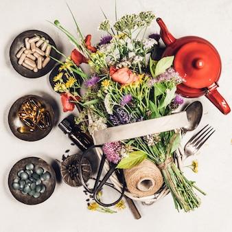 Concetto sano della medicina di erbe e di cibo, disposizione piana, vista superiore