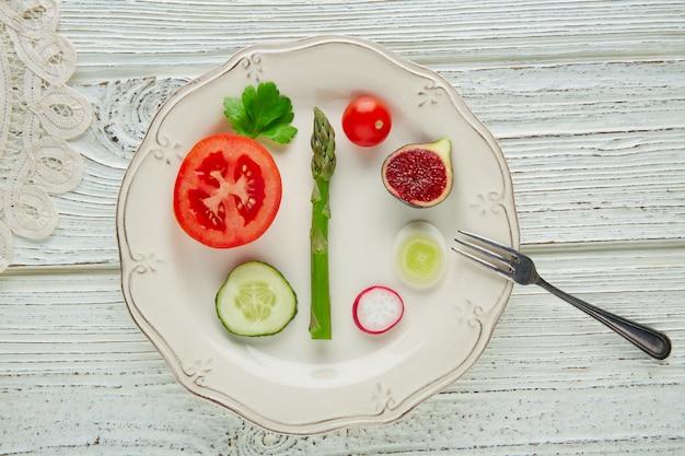 Concetto sano delle verdure sane dell'alimento nel bianco