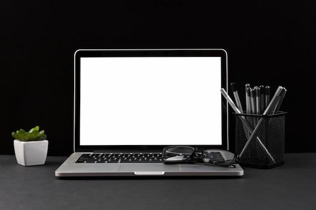 Concetto scuro dello scrittorio con lo spazio della copia