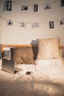 Concetto semplice di lavoro a domicilio con il computer portatile sul letto