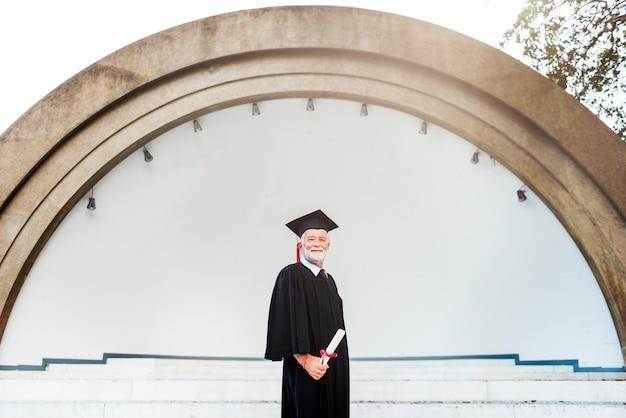 Concetto senior di successo di graduazione adulta