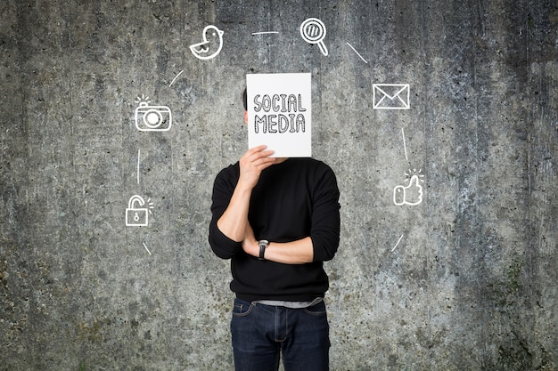 Concetto sociale di comunicazione di media del giovane presente dell'uomo d'affari