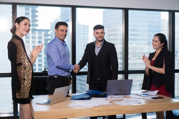 Concetto sollevato braccio di successo di gruppo della squadra di affari
