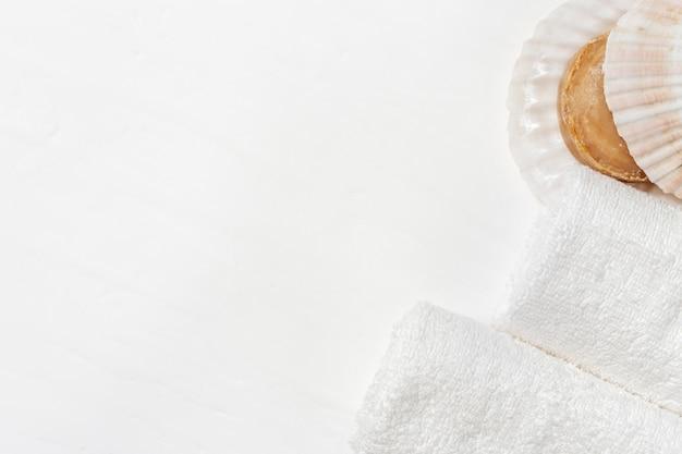 Concetto spa. asciugamani e sapone arrotolati di cotone bianco.