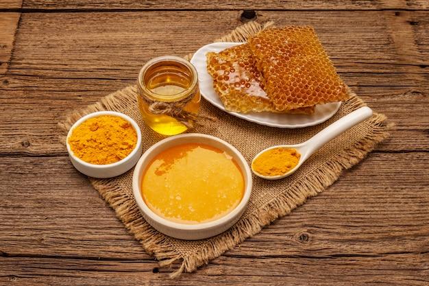 Concetto spa. cura di sé con miele e curcuma. cosmetici biologici naturali, prodotti fatti in casa, stile di vita alternativo. sfondo vintage