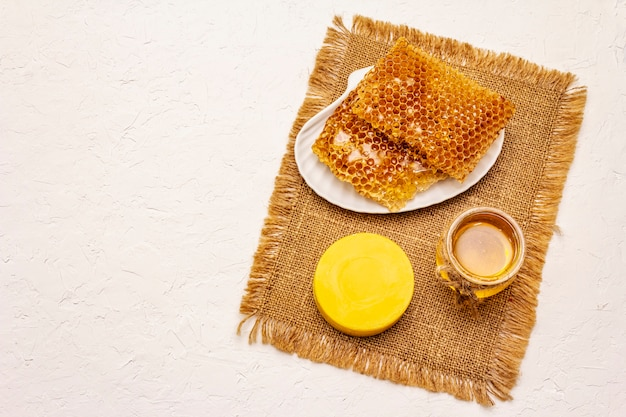 Concetto spa. cura di sé con miele e favi. cosmetici biologici naturali, prodotti fatti in casa, stile di vita alternativo