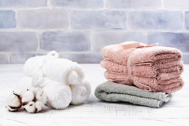 Concetto spa o benessere con asciugamani in cotone, sapone e sale marino