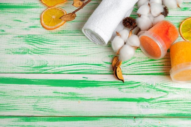 Concetto spa. sfondo piatto laico con ramo di cotone, dischetti di cotone. trucco cosmetico in cotone
