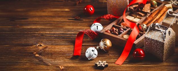 Concetto stagionale e festivo. decorazioni e dolci di natale sulla scheda di legno con il posto per lo spazio della copia. messa a fuoco selettiva