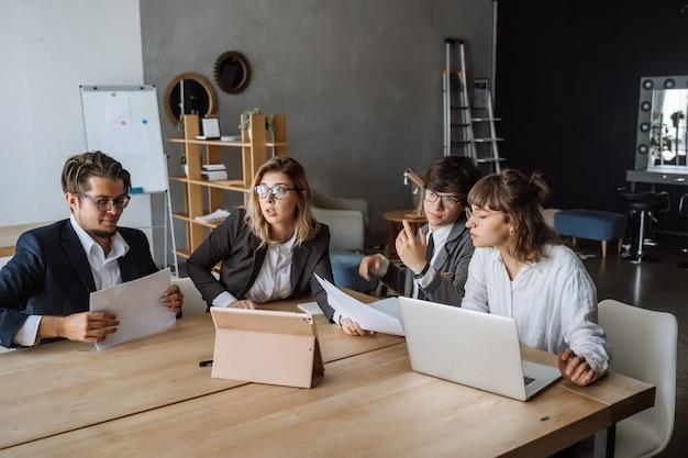 Concetto startup di riunione di brainstorming di lavoro di squadra di diversità.