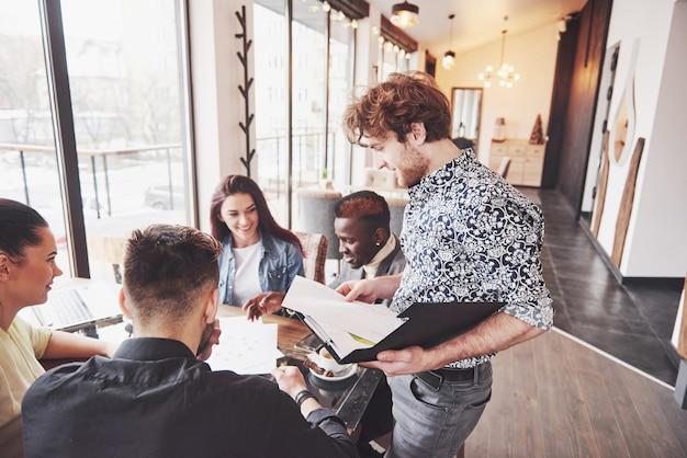 Concetto startup di riunione di brainstorming di lavoro di squadra di diversità