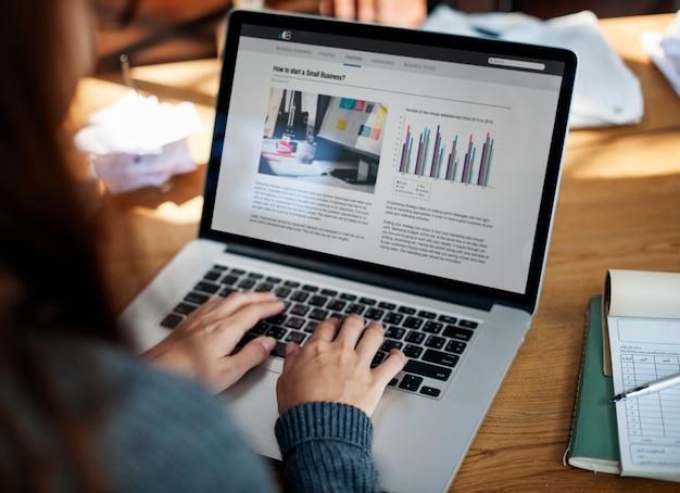 Concetto startup di successo di crescita del computer portatile di affari