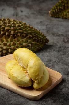 Concetto tailandese della frutta della frutta stagionale della carne gialla dorata del durian.
