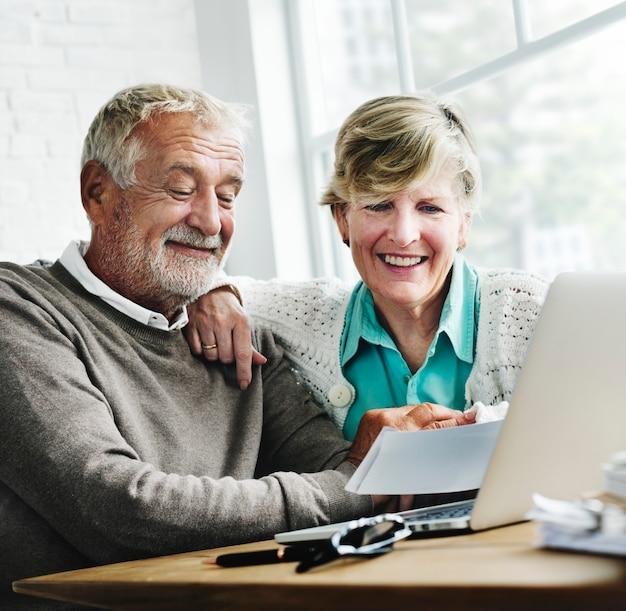 Concetto vivente di stile di vita senior delle coppie di pensionamento