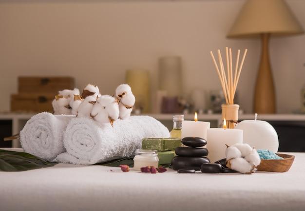 Concetto zen e relax. composizione nella stazione termale con il trattamento su fondo leggero - spazio per testo