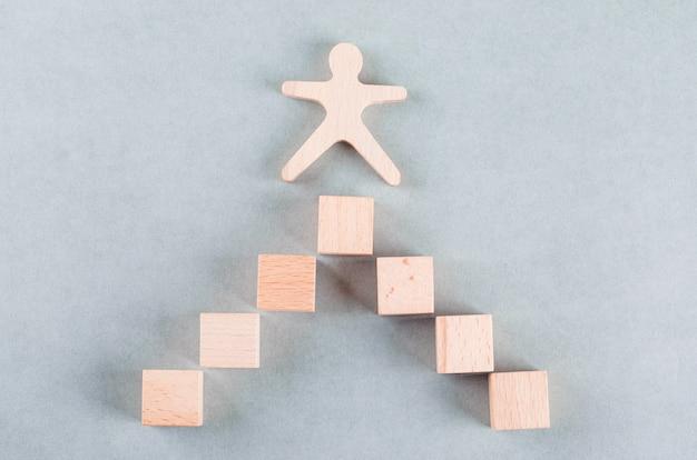 Concettuale di affari di successo con umani in legno, blocchi rettangolari.