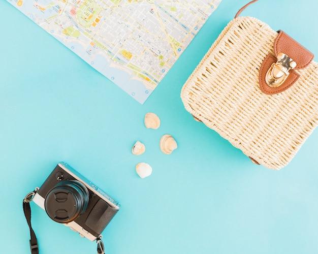 Conchiglie e cose da viaggiare su sfondo chiaro