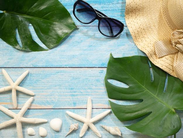 Conchiglie, stelle marine, cappelli. idee per le vacanze