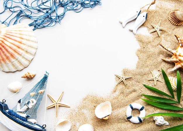 Conchiglie sulla sabbia. concetto di viaggio