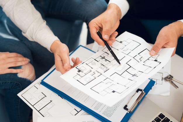 Conclusione di un contratto per l'acquisto di una bozza con agente immobiliare.