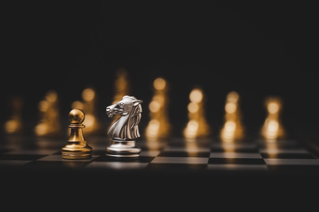 Concorrenza di affari e concetto di piano strategico. gioco di scacchiera color oro e argento