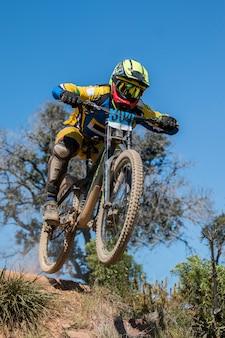 Concorso in discesa, biker salta veloce in campagna.