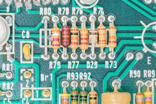 Condensatori e gruppo resistori su scheda