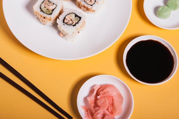 Condimenti close-up vicino a sushi