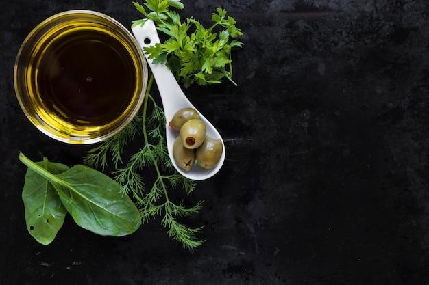 Condimenti nei pressi di olio d'oliva