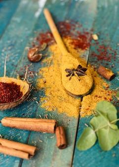 Condimenti tradizionali indiani del primo piano