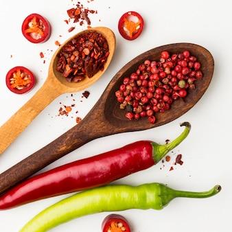 Condimento al peperoncino in un cucchiaio di legno