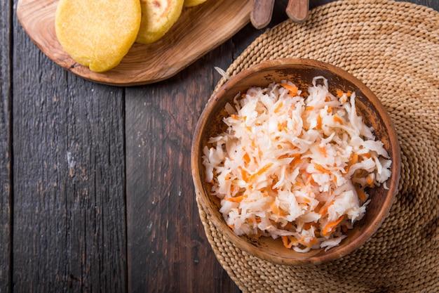 Condimento leggermente fermentato di cavolo con pupusa
